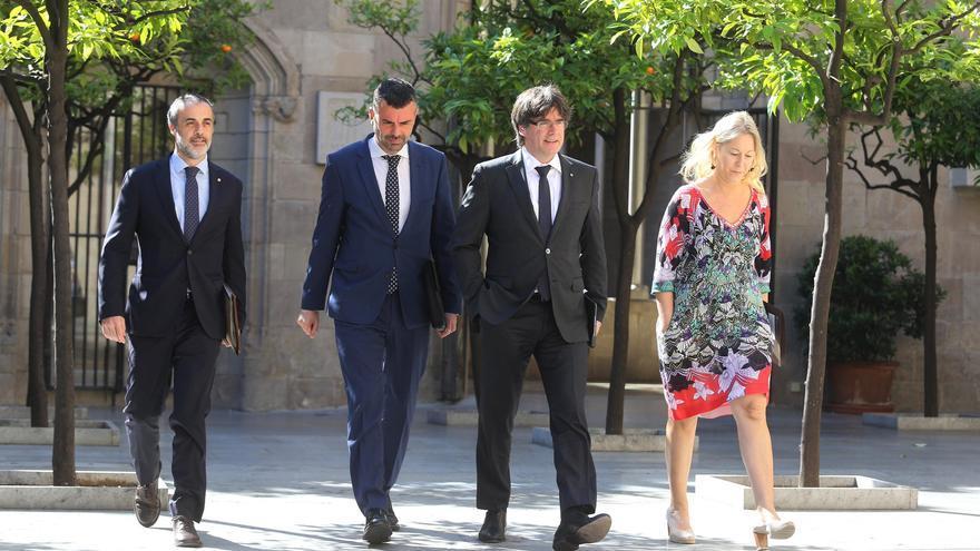 El president de la Generalitat ha llegado este martes a la reunión del Govern junto al conseller Vila, en muestra de apoyo