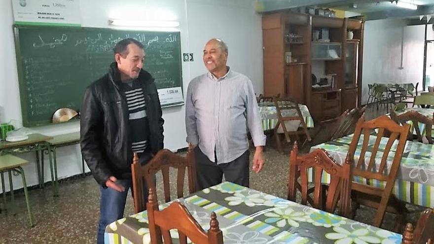 Ahmed Zarraouk junto con un usuario del comedor.