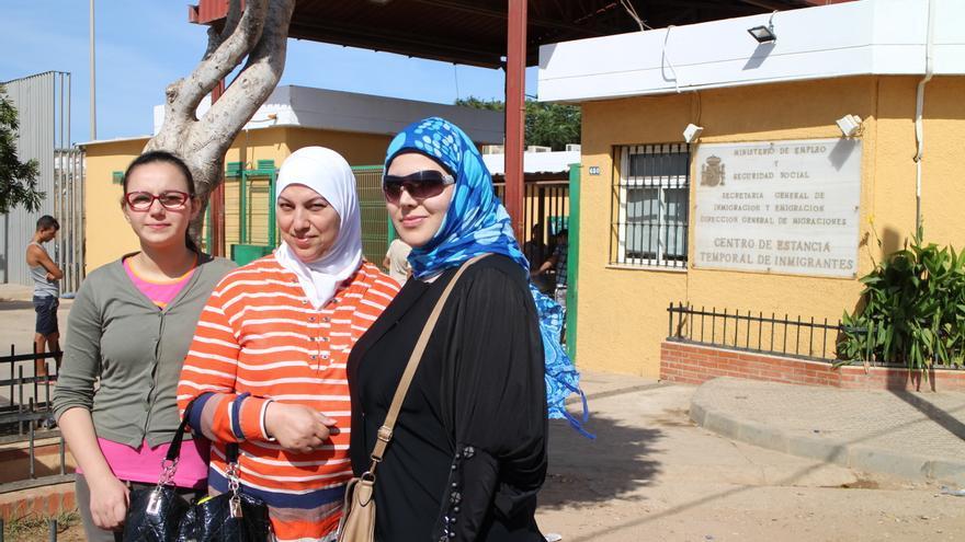 Ghada junto a su madre Maha y su tía.