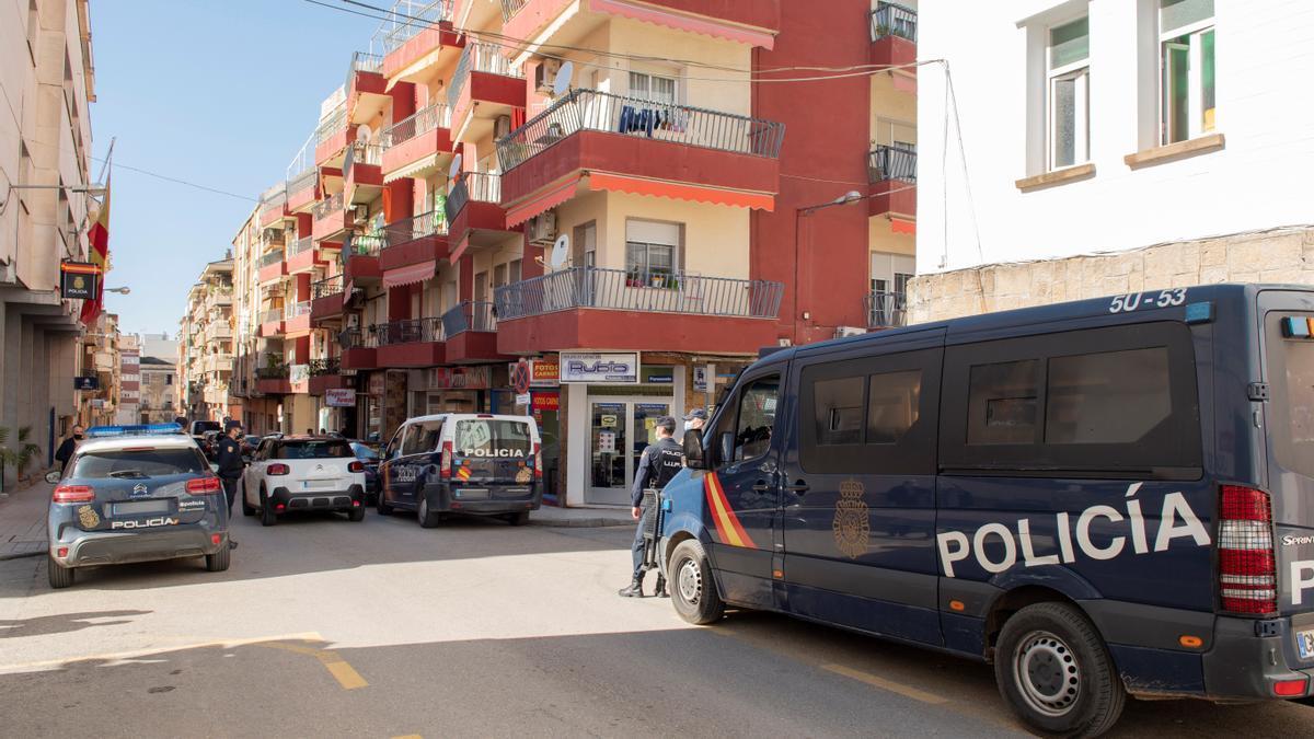Policías nacionales montan guardia en los alrededores de la comisaría de policía de Linares. EFE/Carlos Cid/Archivo