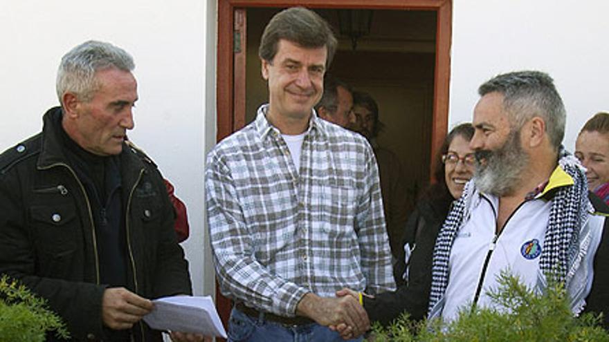 Los líderes jornaleros Juan Manuel Sánchez Gordillo y Diego Cañamero, tras una reunión con Cayetano Martínez de Irujo / Archivo EFE