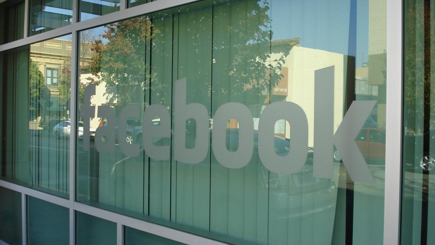 Esto es un cristal con la palabra 'Facebook' en un edificio de Palo Alto, que diría Mark Zuckerberg (Imagen: Ian Kennedy | Flickr)
