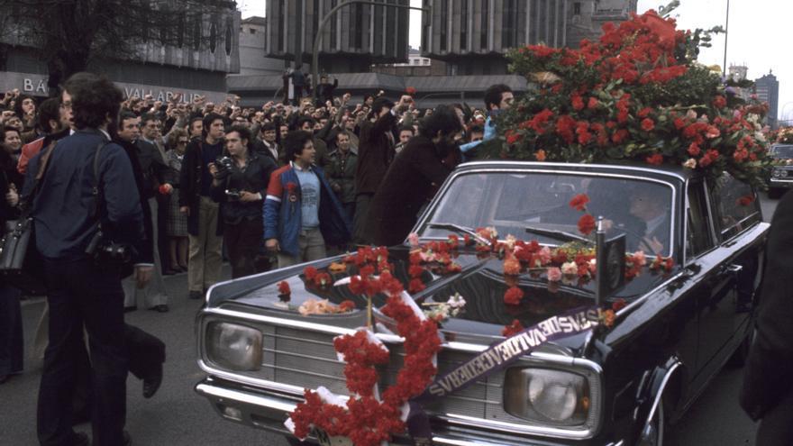 ENTIERRO ABOGADOS ASESINADOS MATANZA DE ATOCHA: Madrid, 26-1-1977.- Miles de personas abarrotan las calles para presenciar el paso de la comitiva fúnebre con los féretros de Javier Sauquillo, Enrique Valdelvira y Angel Rodríguez Leal, que junto a otras seis personas fueron ametralladas por dos jóvenes en el despacho laboralista que Comisiones Obreras tiene en la calle Atocha.