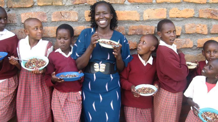 Kakenya compartiendo la comida de viernes con las niñas de su escuela © Kakenya's Dream