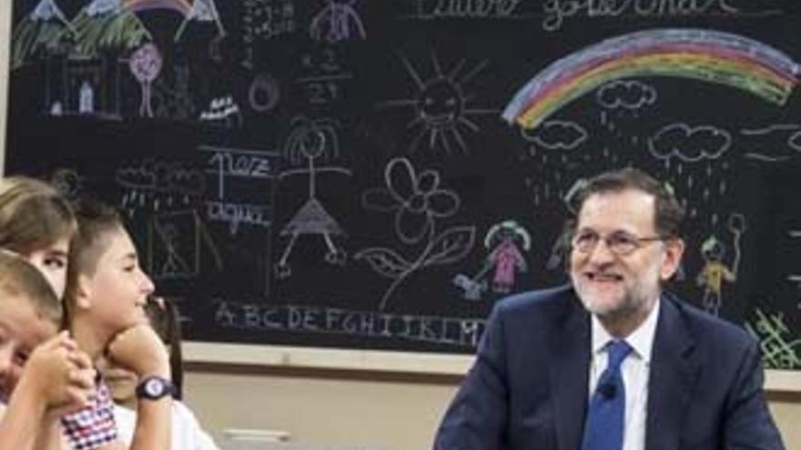 ¿La bandera republicana y la del orgullo gay, detrás de Rajoy en Telecinco?