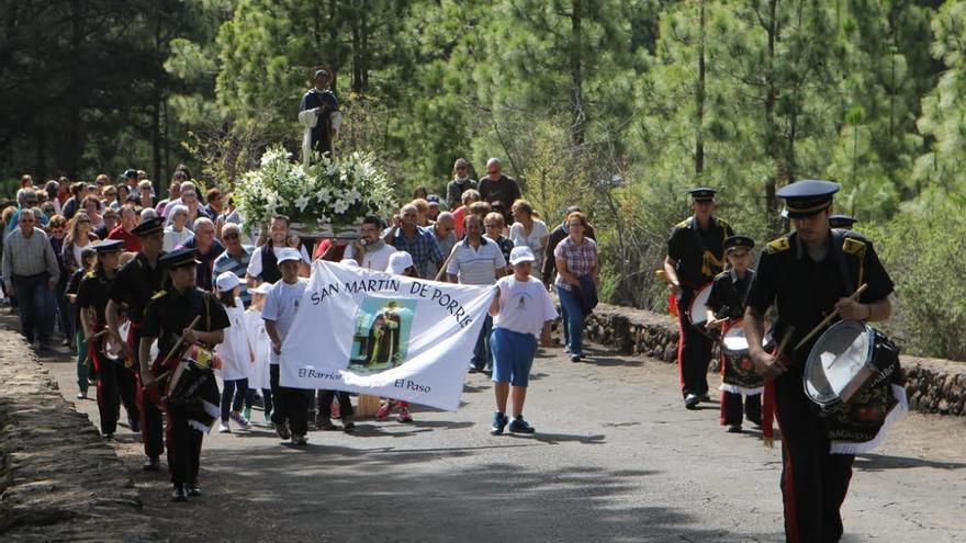 En la imagen, procesión de descenso y vuelta realizada en torno a la ermita.