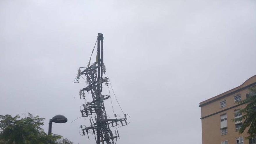 Una grúa retira una de las torres eléctricas
