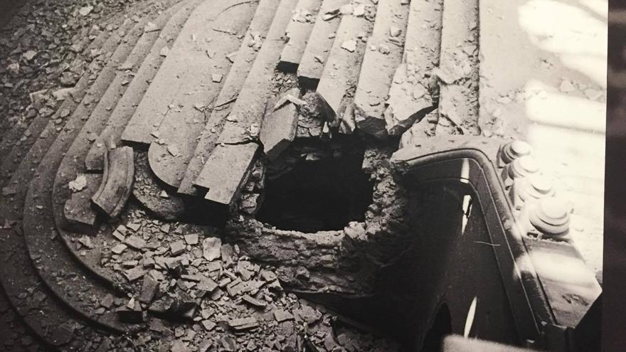 La escalera principal del Ayuntamiento totalmente destrozada por los bombardeos