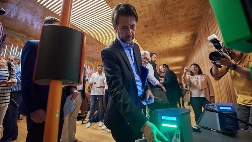 Carlos Alonso, presidente del Cabildo tinerfeño, en la presentación de la nueva tarjeta de contacto