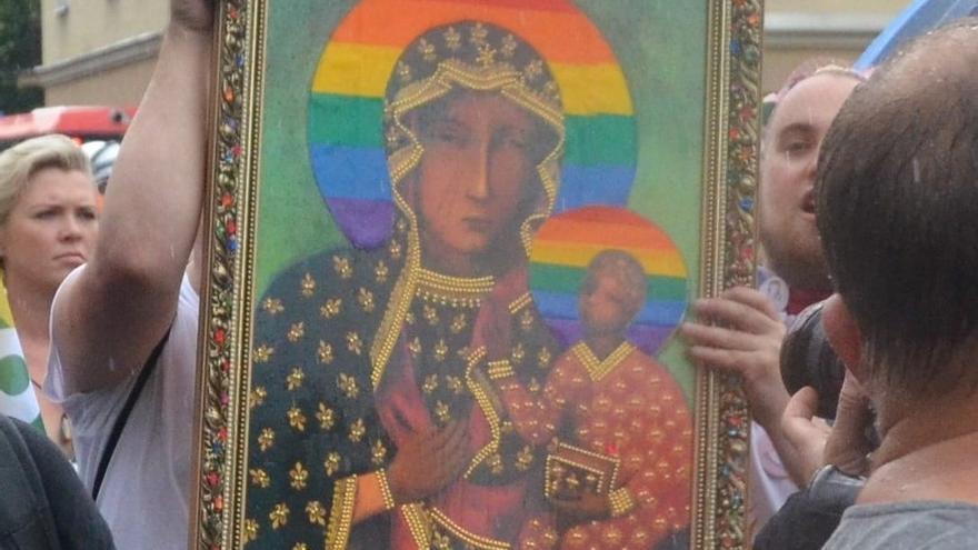 Un cartel de la Virgen María con el halo LGBT+ despertó un debate nacional en Polonia