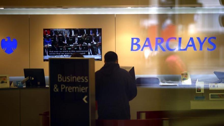 Trabajadoras del banco Barclays cobran hasta un 43,5 % menos que los hombres