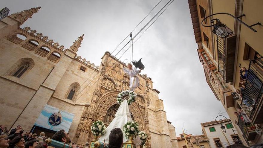 El vuelo de una niña-ángel anuncia la Resurrección en Aranda de Duero