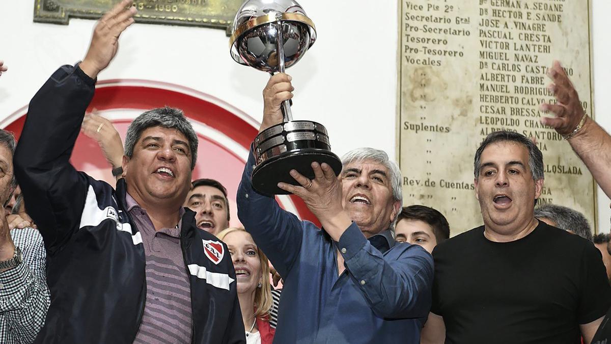 Moyano, en celebración junto a su hijo Pablo y Carlos Montaña, exvice