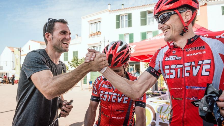 El director de carrera, Joan Febrer, felicita al equipo ganador Bicis Esteve 1 (© Oriol Batista).