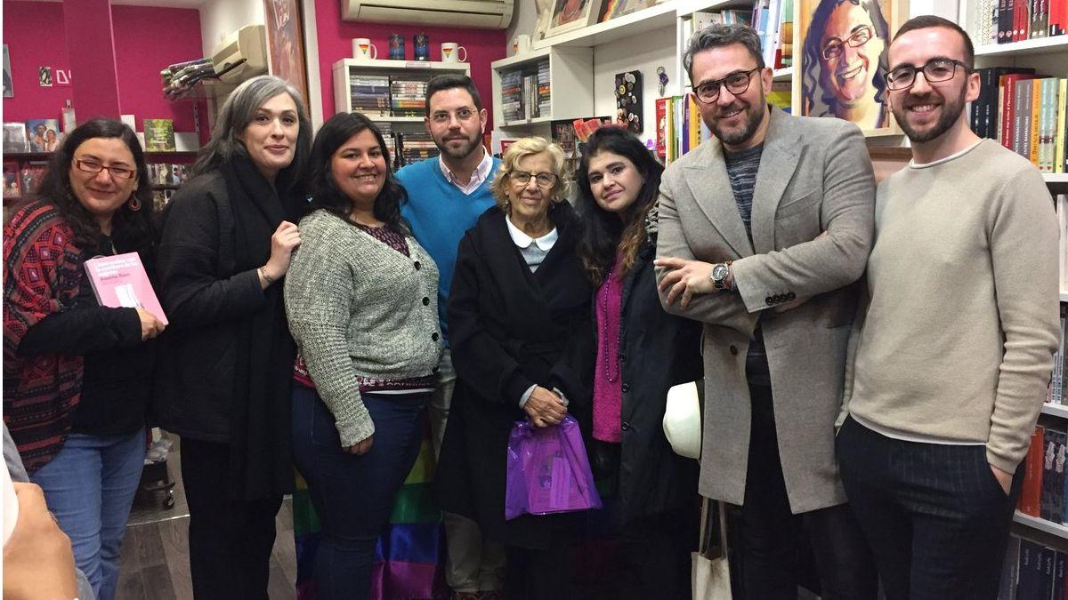 Carmena en su visita al II Día del Libro LGTB   TW: MILIBERKANA
