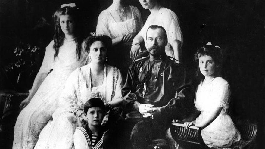 Rusia inicia análisis genéticos tras exhumar restos de familia del último zar
