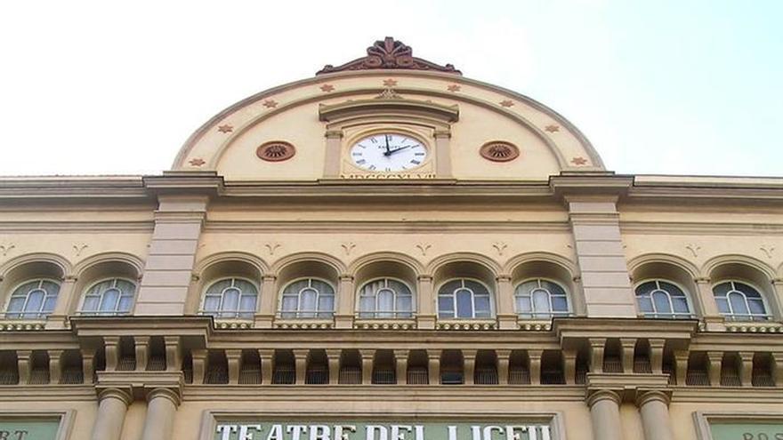"Un grupo de espectadores del Liceo cantan ""Els Segadors"" antes de la función"