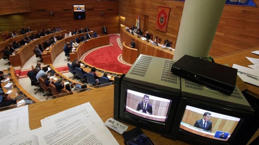 Feijóo, visto a través de dos monitores de televisión durante el debate de investidura