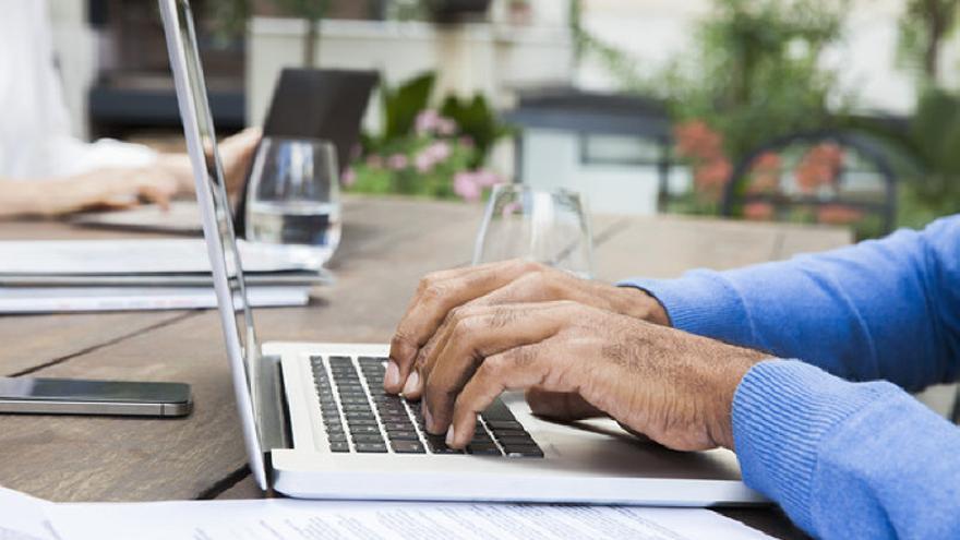 Las plataformas de crowdfunding permiten invertir en startups a través de Internet.