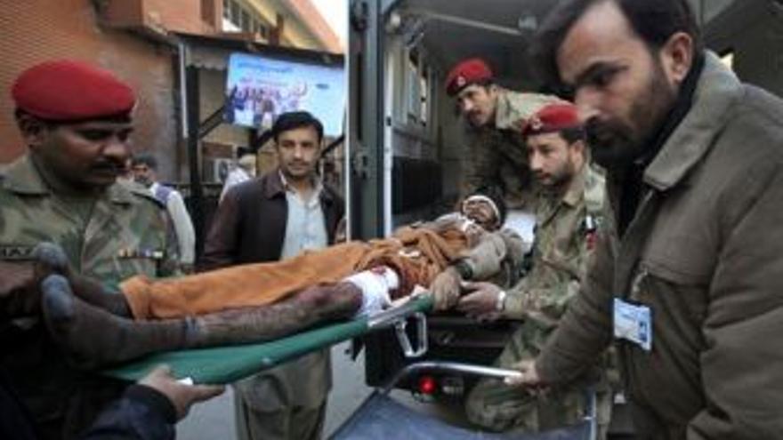 Traslado de heridos. (EUROPA PRESS)