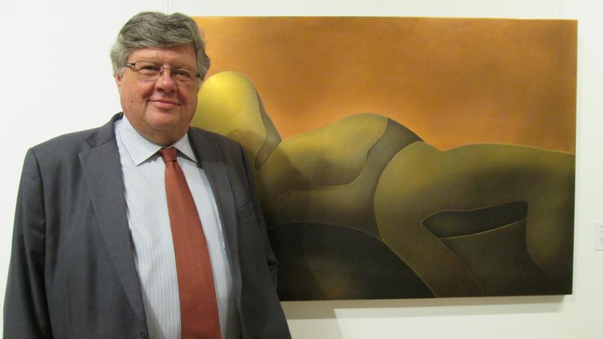 En la imagen Alberto Delgado junto a una obra de la palmera Maribel Nazco, este lunes.