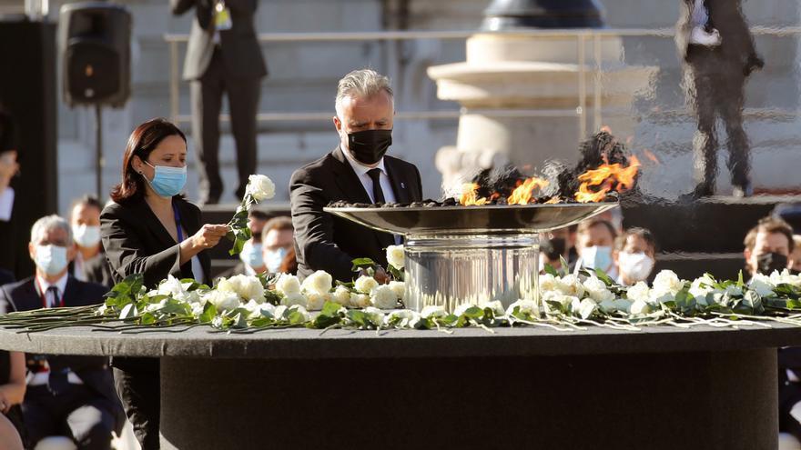 Torres asiste al homenaje de Estado con un grupo de personas que han vivido las consecuencias de la Covid-19