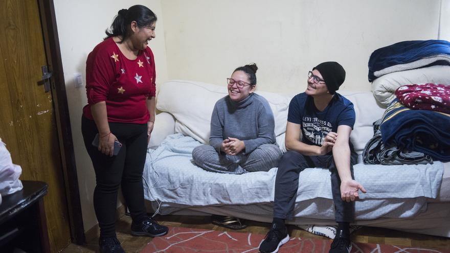 Gabriela se ríe junto a Alejandra y Julián, quienes duermen en su sofá desde hace cinco días.