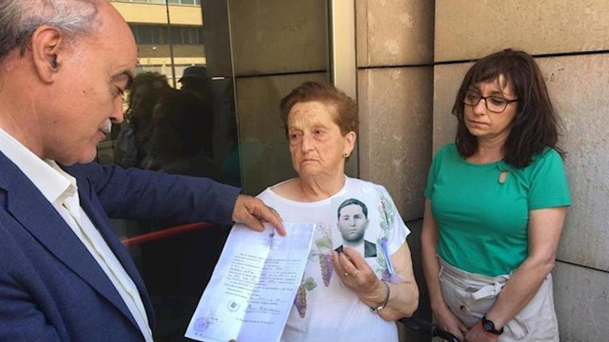 Antonia Fernández, muestra una foto de su hermano Ángel, enterrado en el Valle de los Caídos