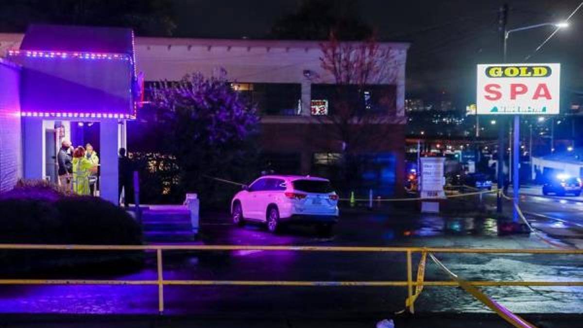 a policía acude al lugar donde al menos ocho personas resultaron muertas en ataques a tres salones de masajes asiáticos en la ciudad estadounidense de Atlanta y donde las autoridades han detenido ya al supuesto responsable.