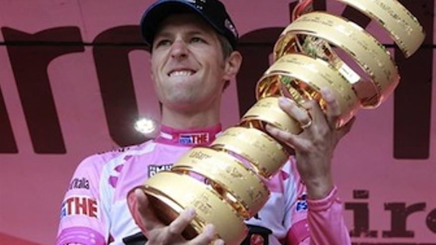 Hesjedal levanta el trofeo de ganador de la ronda italiana. (Europa Press)