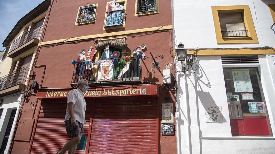 Una persona pasea por una calle de Córdoba | TONI BLANCO