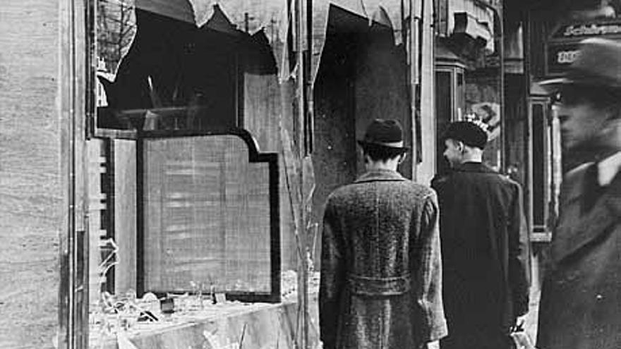 Fotografía de dominio público tomada el 10 de noviembre de 1938 por un fotógrafo desconocido después de la noche de los cristales rotos en Berlín