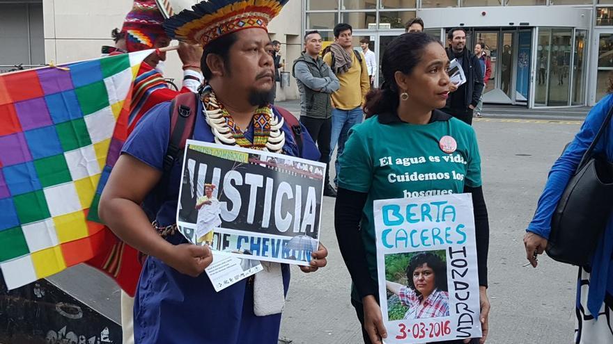 Justino Piaguage reclamando justicia para los afectados por la petrolera Texaco.