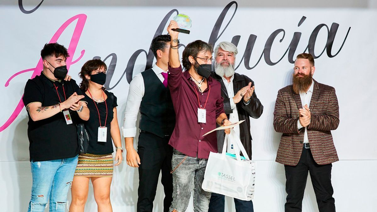 Juan Aguilar recibe el premio en el certamen andaluz de Peluquería