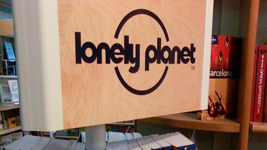 Una estantería llena de guías de Lonely Planet (Foto: Stephen Cummings | Flickr)