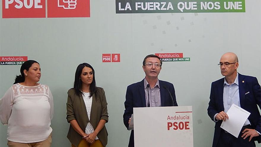 Manuel Aguilar, en el atril, en una reciente rueda de prensa.