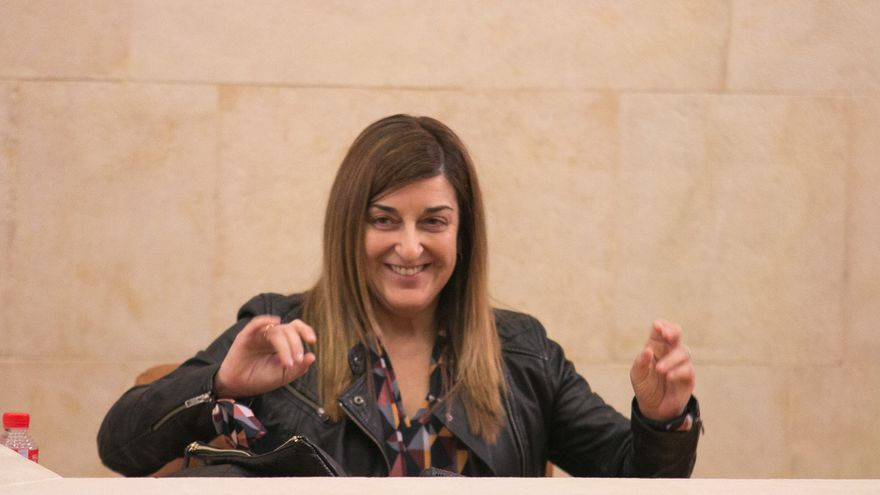 María José Sáenz de Buruaga en un pleno del Parlamento de Cantabria.   ROMÁN GARCÍA