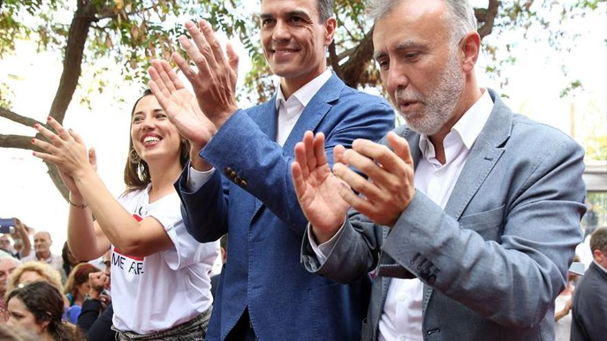 Pedro Sánchez, Patricia Hernández y Ángel Víctor Torres, en el mitin del primero esta tarde en Santa Cruz de Tenerife