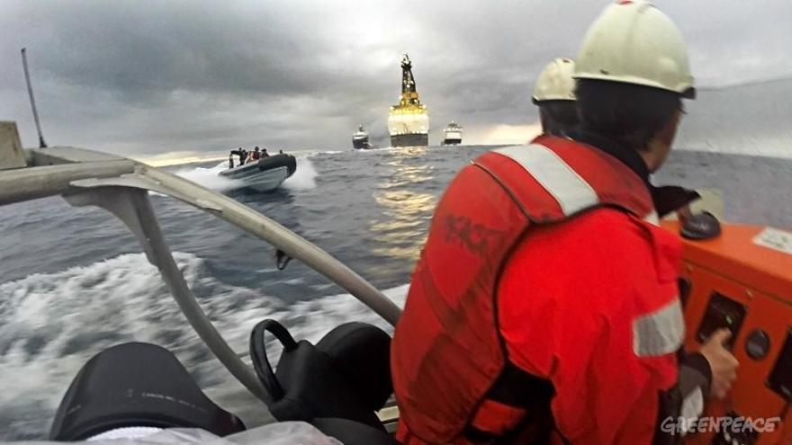 Zódiac de Greenpeace que resultó embestida por la Armada española en la zona donde se realizarán las prospecciones petrolíferas. Foto: Greenpeace.