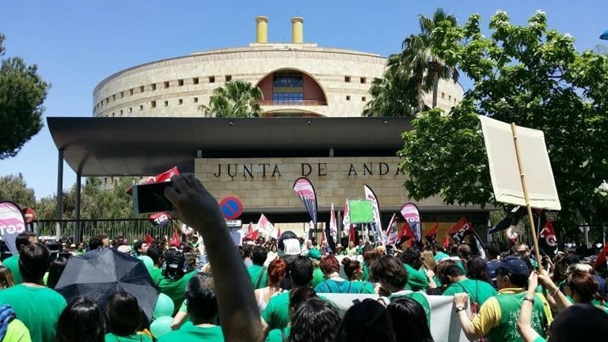 Miles de personas se manifiestan en Sevilla por un plan de estabilidad para los docentes interinos andaluces