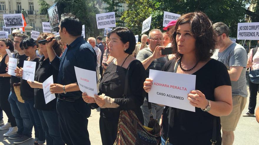 Azahara Peralta, denunciante del caso Acuamed, en la protesta de los alertadores frente al Congreso.