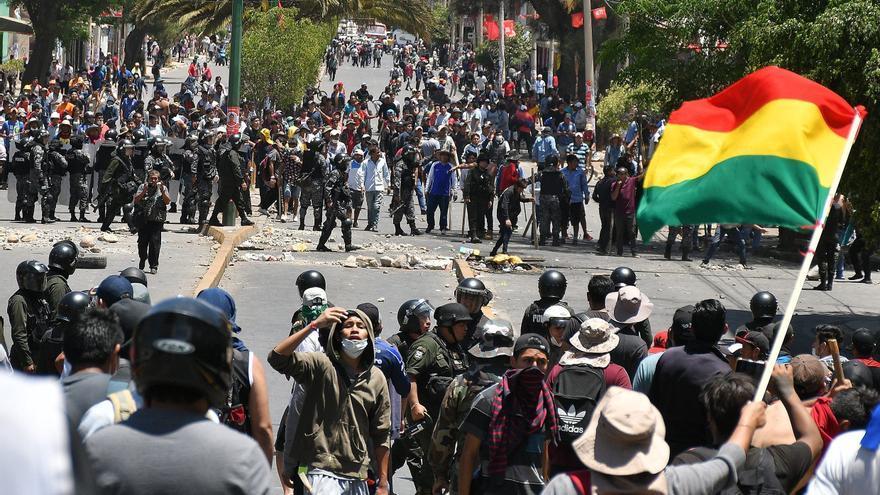 Manifestantes se enfrentaron con policías antidisturbios este lunes en Cochabamba (Bolivia)
