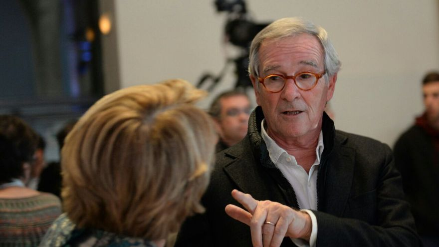 Xavier Trias hablando con su mujer en la sede de Democràcia i Llibertat / SANDRA LÁZARO