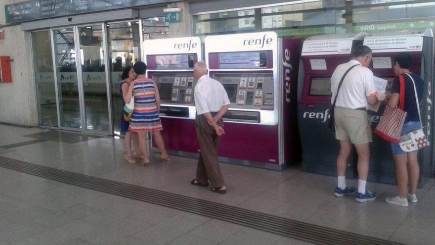Los usuarios afectados por los retrasos ya pueden canjear sus billetes en cajeros y ventanillas de Renfe