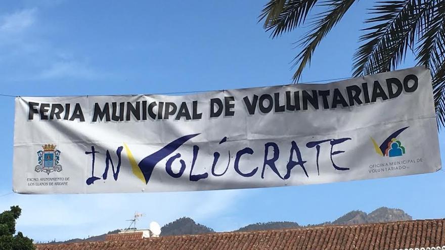 Pancarta  de la Feria del Voluntariado que cuelga en la Plaza de España de Los Llanos de Aridane.