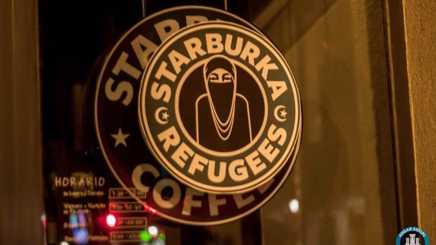 El logo de Starbucks, manipulado para la acción   Cuenta de Twitter de Hogar Social Madrid.