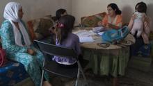 Malika y Sabah son dos mujeres de origen marroquí que llevan años residiendo en Melilla, aunque sin un permiso de residencia. En la imagen, permanecen junto a sus hijas en una casa de La Cañada de Hidum