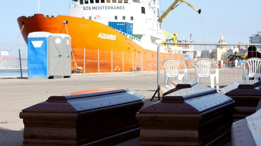 Ataúdes esperan el puerto de Trapani, Sicilia, el desembarco de los cadáveres de 22 personas recuperados  en una balsa de goma mientras trataban de llegar de Libia a Italia. Fotografía: Alva White/MSF