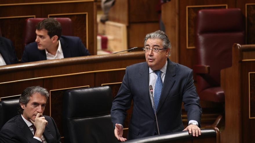 El ministro del Interior, Juan Ignacio Zoido, y su homólogo en Fomento, Íñigo de la Serna, durante una sesión de control al Gobierno en el Congreso.