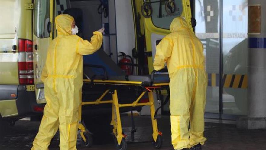 Trabajadores sanitarios en el Hospital Insular de Gran Canaria. (EFE)